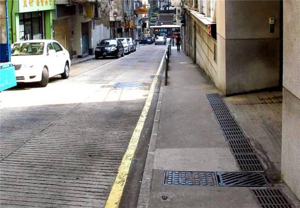 龍嵩正街在道路工程後,亦取消了原有的泊車位。