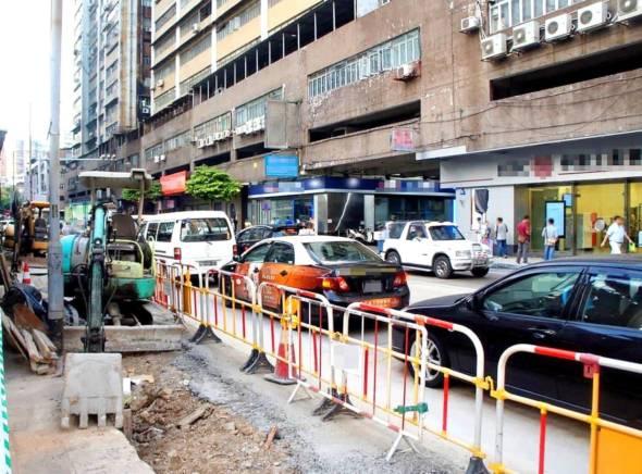 審計署批評,過去幾年本澳道路施工問題絕非個別事件,而是遍及各區不規則地進行,佔用路面之嚴重,影響居民生活之頻繁,重覆開挖之輕率,堪稱世界罕見。