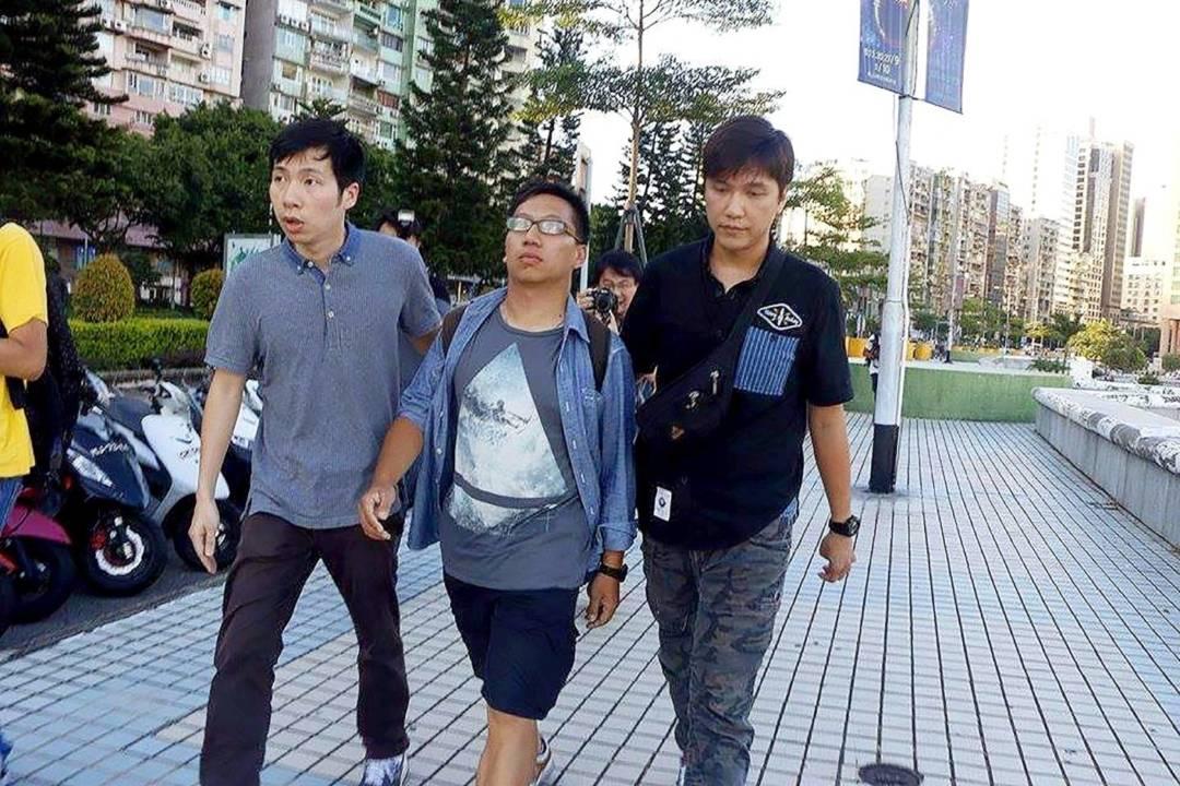 2014年「民間公投」期間,司警突然拘捕崔子釗及另外一名《愛瞞》記者。