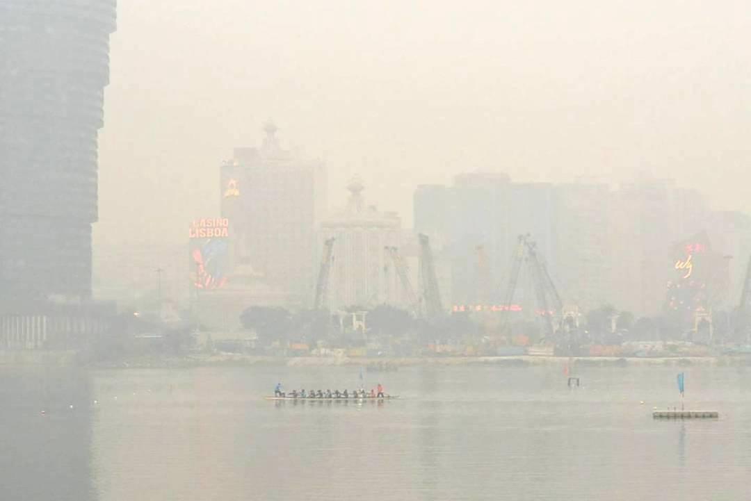 年初氣象局網站顯示24小時污染物濃度超標,但空氣質量指數竟只屬「普通」程度。