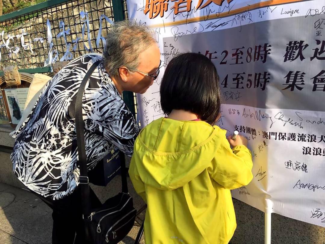 不少市民向Bobo獻花,並在Bobo生前居住的區域前系上白色絲帶,並在紀念布上簽名或寫上感言,以表悼念之意。
