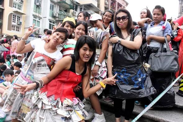 2013年4月20日「地球日」,一班印尼移工,紛紛以各種「棄而不廢」的物資,親自製作並穿上特色環保時裝,由大三巴前地出發,巡遊到議事亭前地,目的是身體力行,宣揚環保減廢的訊息。