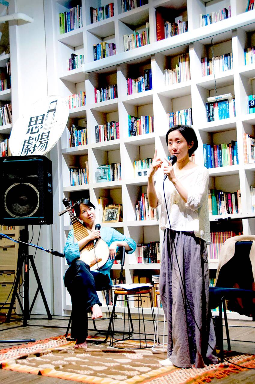 對談會現場,鍾玉鳯(左)與鄭尹真(右)。