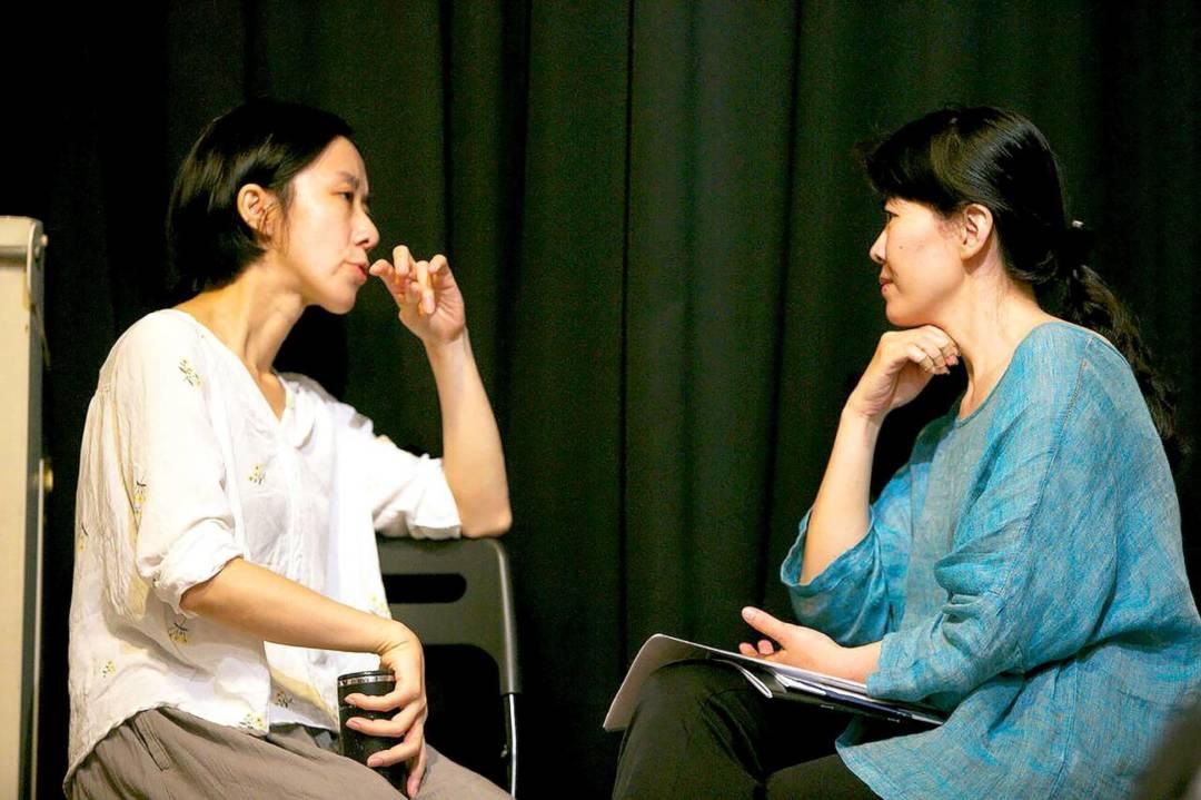琵琶音樂家鍾玉鳳(右)與劇場工作者鄭尹真共同對談。
