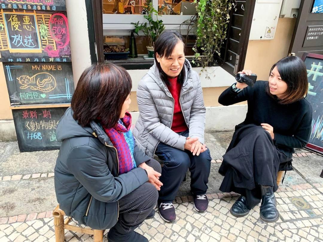 李卓媚與媽媽、阿姨(中間)閒聊的下午。