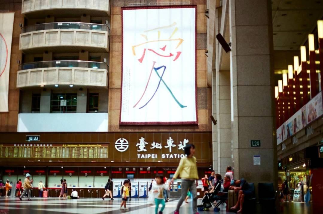 1998年,台灣公佈《家暴法》,是亞洲首個實施《家暴法》的地方,其法律涵蓋的關係範圍相較內地和澳門都較廣。