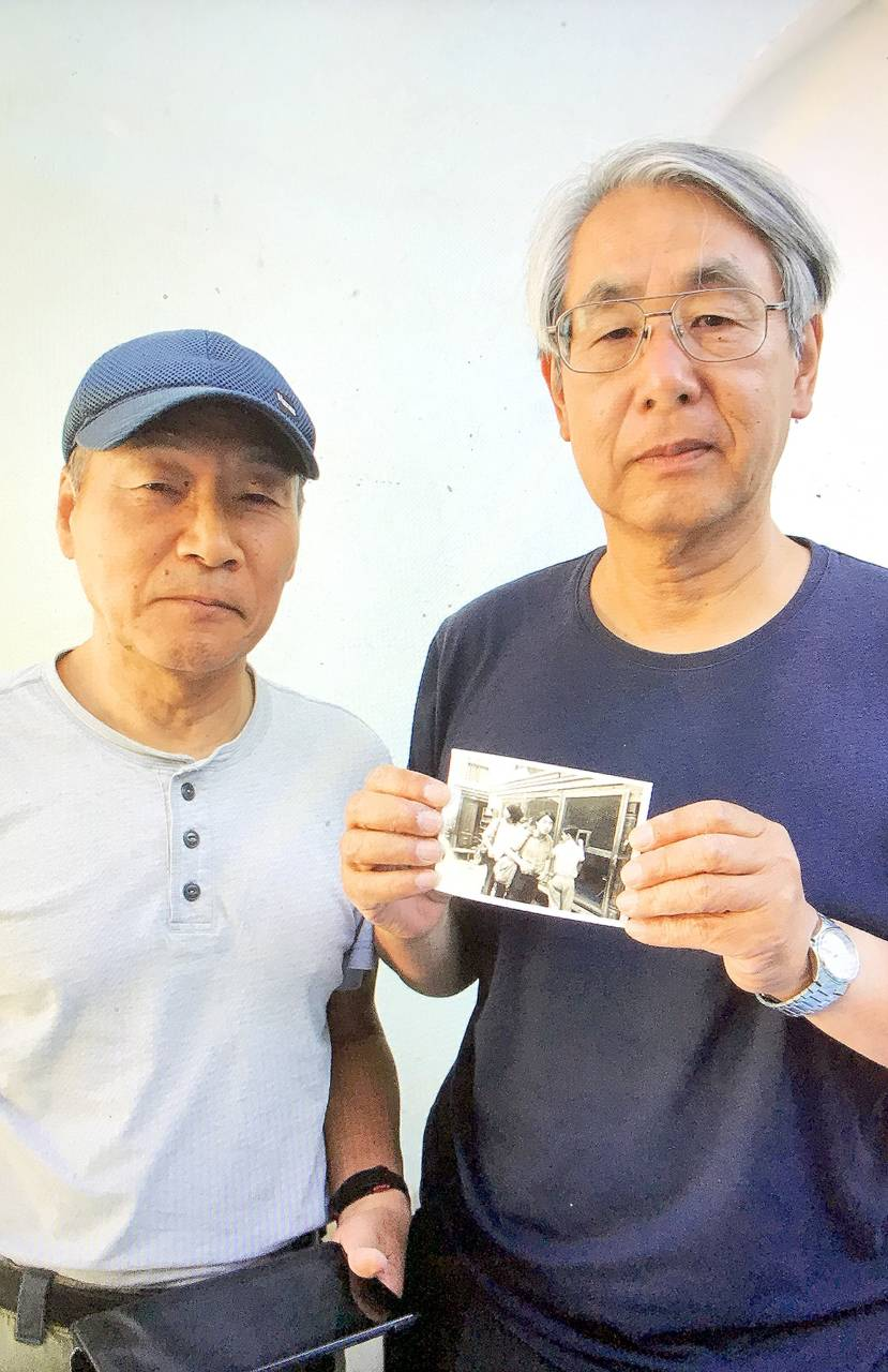 兩位日本伯伯,一位八十二歲,一位八十六歲。據欣欣的形容是「他們行路行得快過我!」與欣欣一起碌到烏茲別克。旅館內他們突然把相片拿出來,跟欣欣說他們五十多年前,即他們二十多歲時,本來是三個人一起去旅行。這張相是他們仨在阿富汗和伊朗邊境拍的。朋友去世了,他們倆就拿着照片重遊絲路一次。