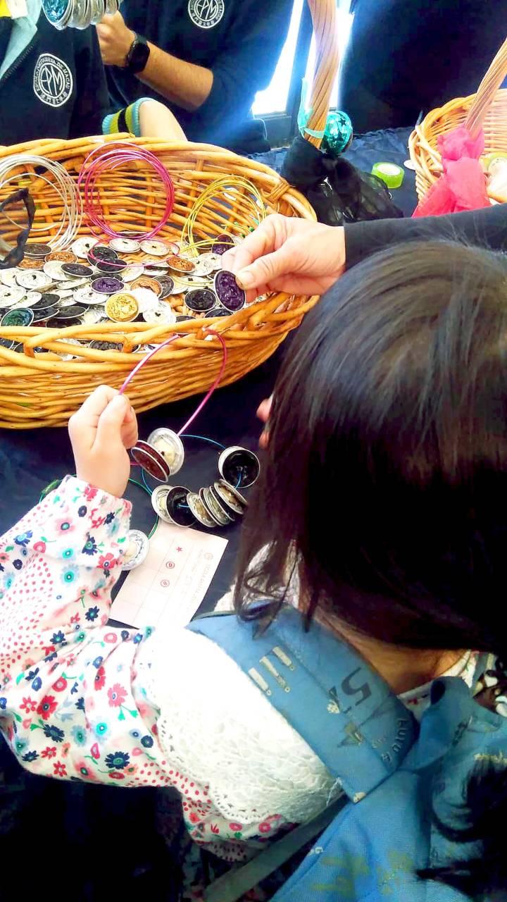 攤位遊戲用回收膠囊咖啡來做音樂手環。