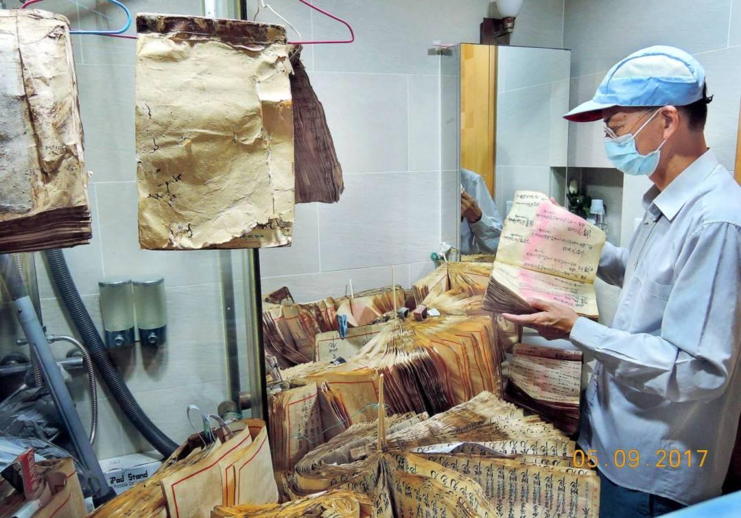 用土法搶救颱風天鴿浸濕的舊數簿。