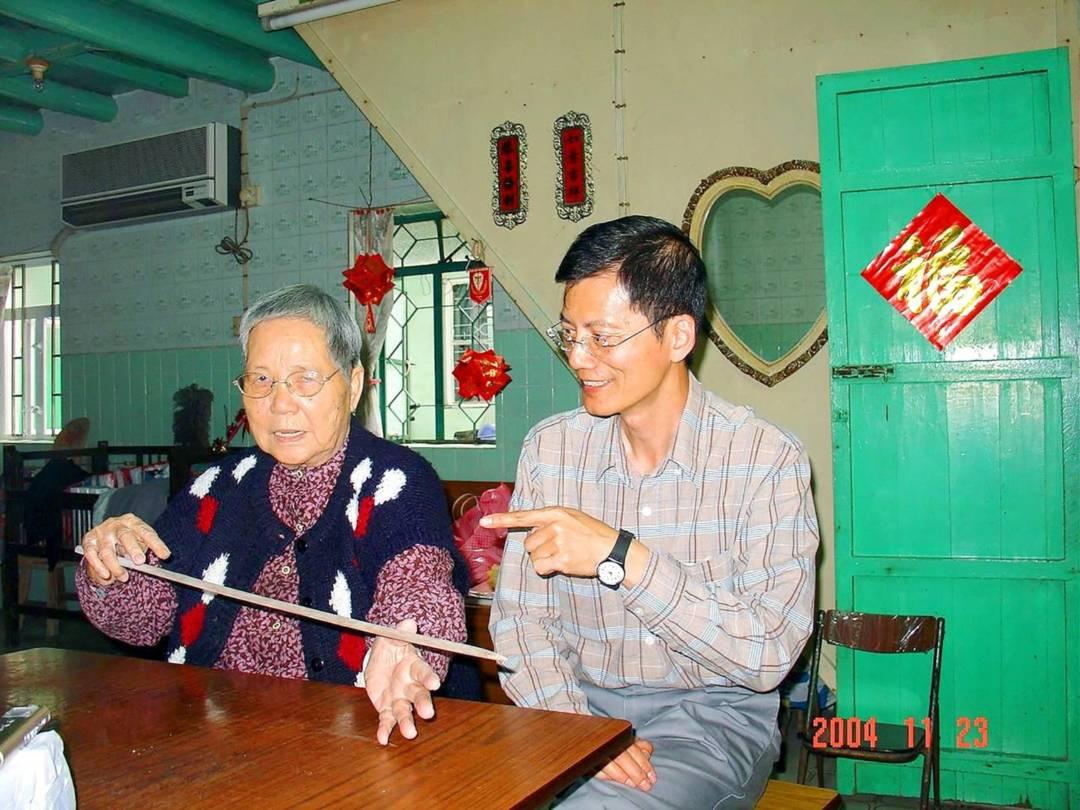 黎鴻健訪問昔日女工李齊,請她示範打引(製造藥引)。
