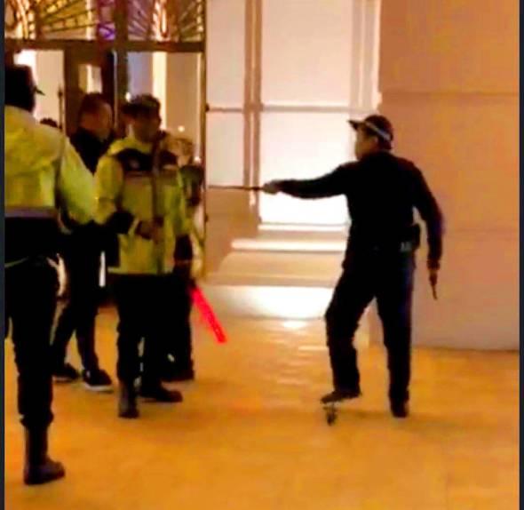 甫入2019年,賭場的大門口即發生警員向天開槍事件。