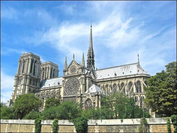 發生火警前的巴黎聖母院。