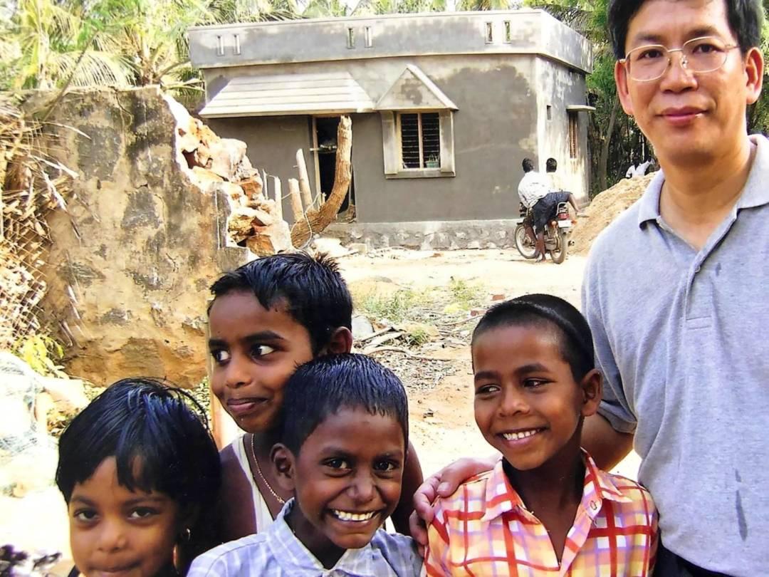 南亞海嘯後與印度兒童在重建房屋前攝。