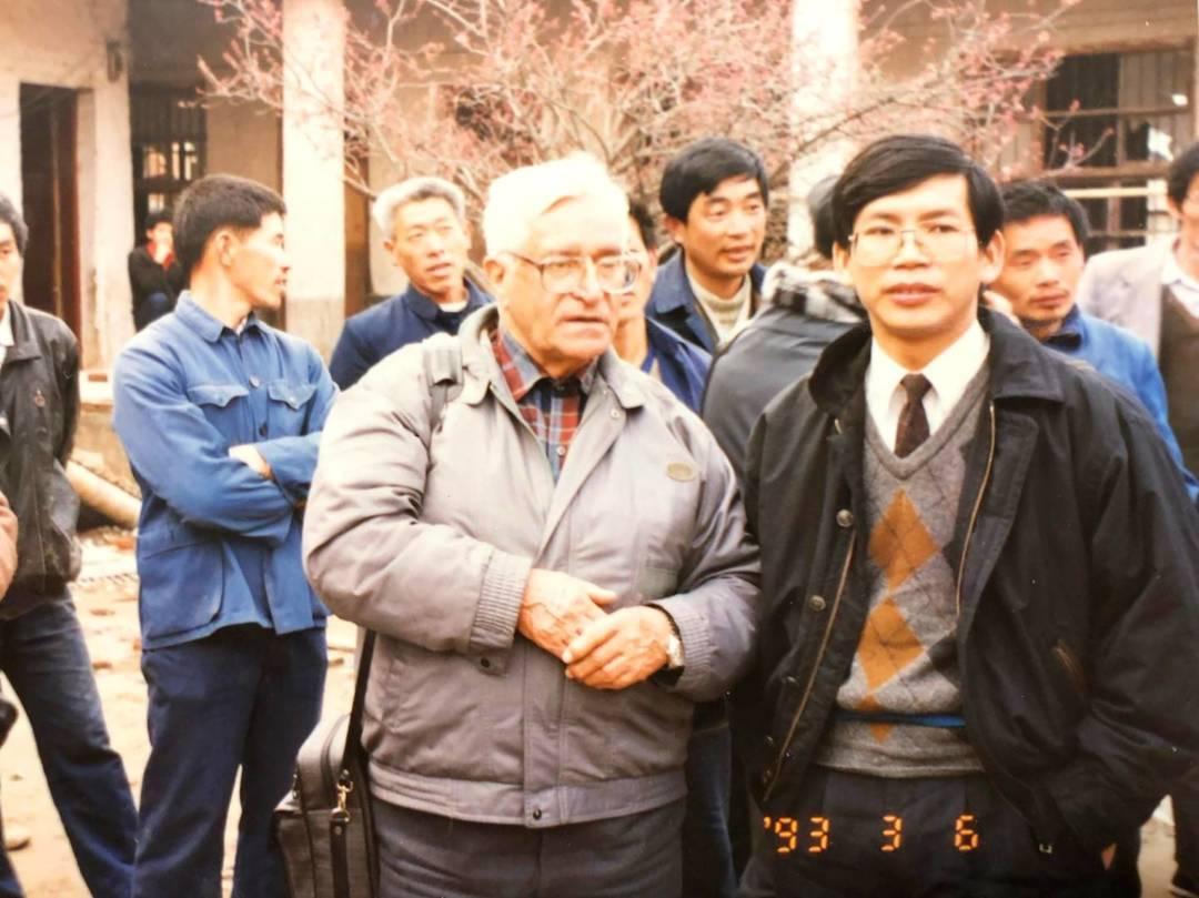 華東水災後訪安徽。陸毅神父(左)潘志明(右)。