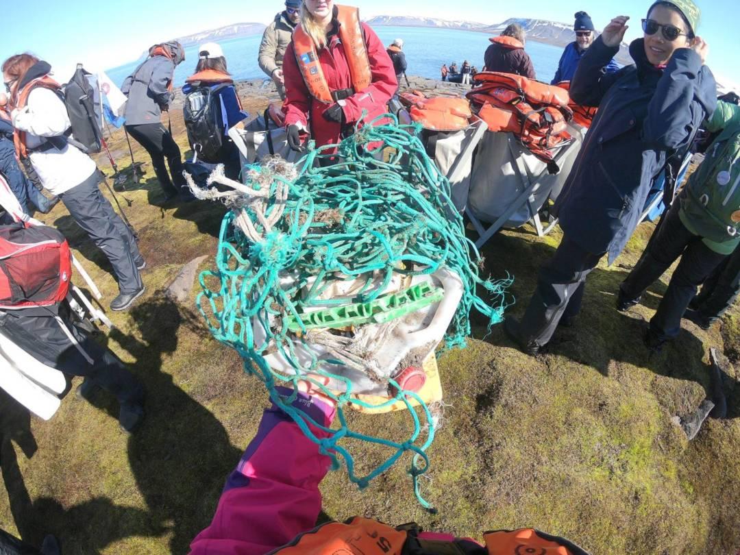 北極陸地上撿拾垃圾。