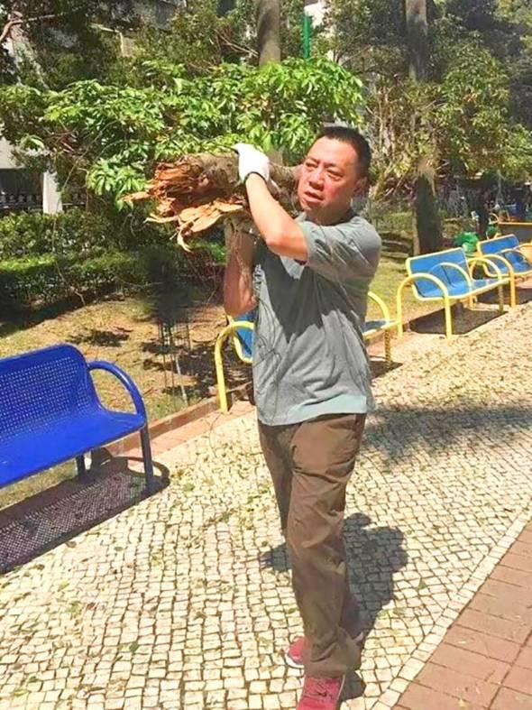 「天鴿」之後,梁維特「托樹」協助清理垃圾的相片在網上瘋傳。然後人們就稱他「大叔」。