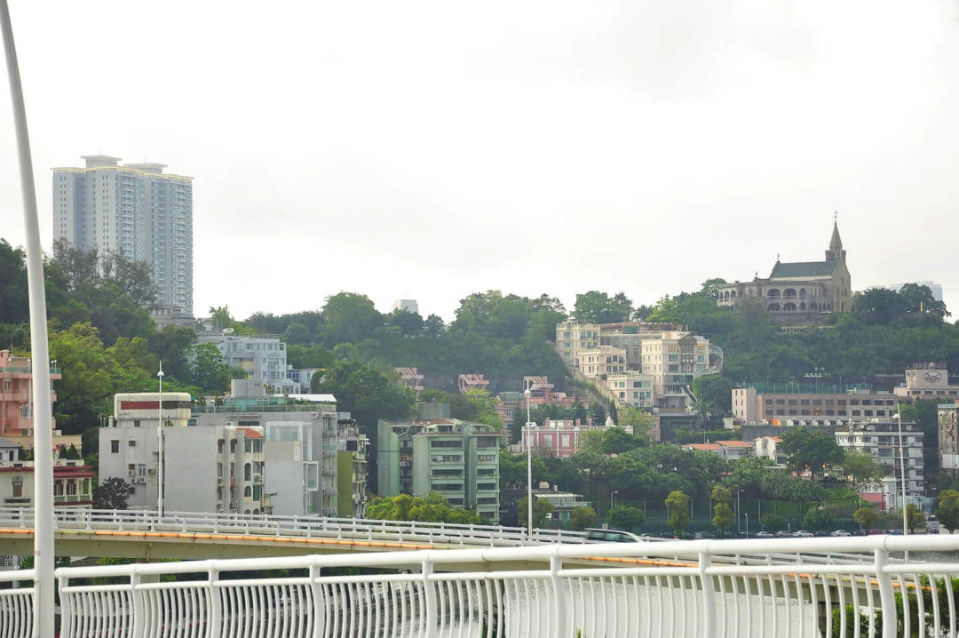 《城規法》於2013年8月獲立法會通過,2014年3月1日生效,當中定明「城市規劃包括總體規劃及詳細規劃」,但直至現在,總體規劃仍未見影,更遑論詳細規劃。