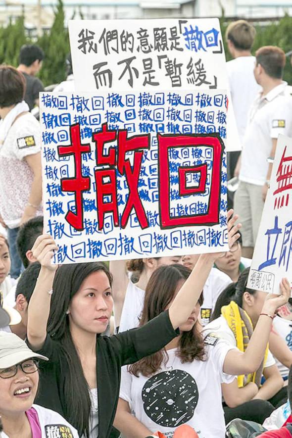 2014年,政府企圖通過「離補法案」,觸發二萬人上街及包圍立法會抗議。政府最後撤回法案。