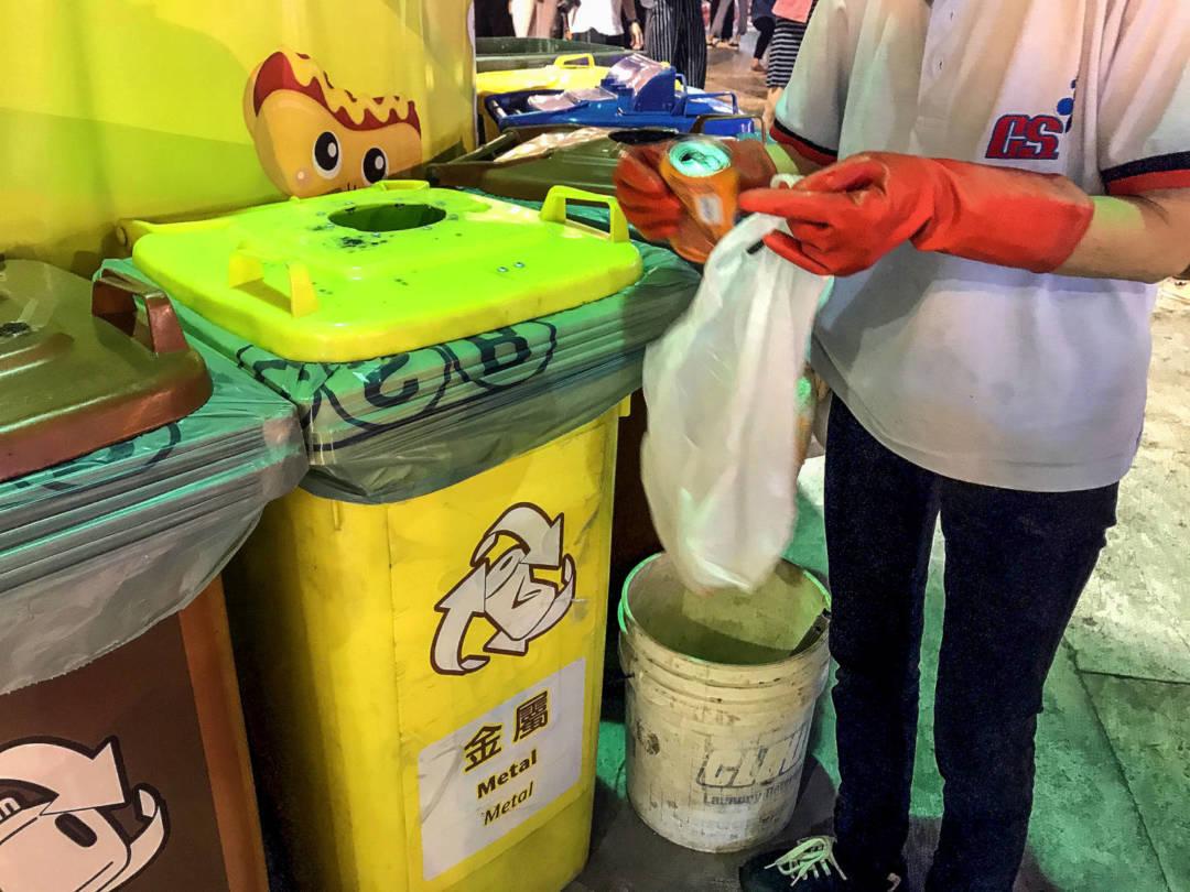 阿姨說,是因爲看到這些可以回收就捨不得浪費,趁有空就順便幫忙撿回來。
