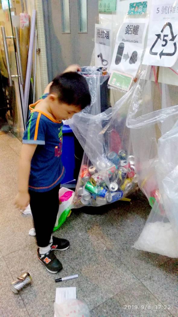 有心的爸爸帶小朋友過來幫忙,教他什麼是正確回收,如汽水罐要壓扁。