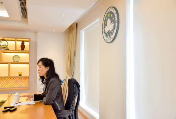 電腦系畢業、1994年進入公職任司警局高級技術員,2000年轉到身份證明局並升至局長;歐陽瑜是今屆政府主要官員中唯一的女性。