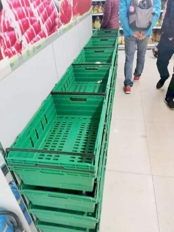 超市供應一度緊張,有家傭也因此到超市搶購。