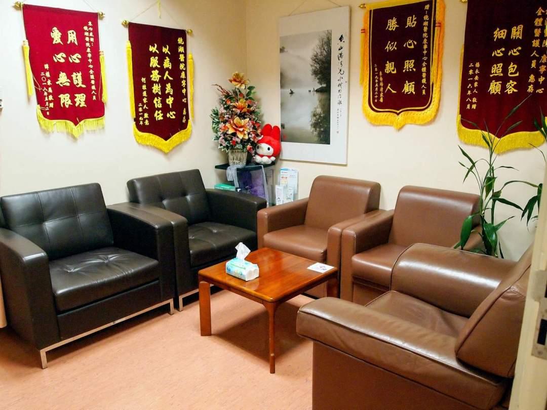 多功能室佈置舒適,這裡不止是給病人使用,也是給家屬聚會或休息的地方。