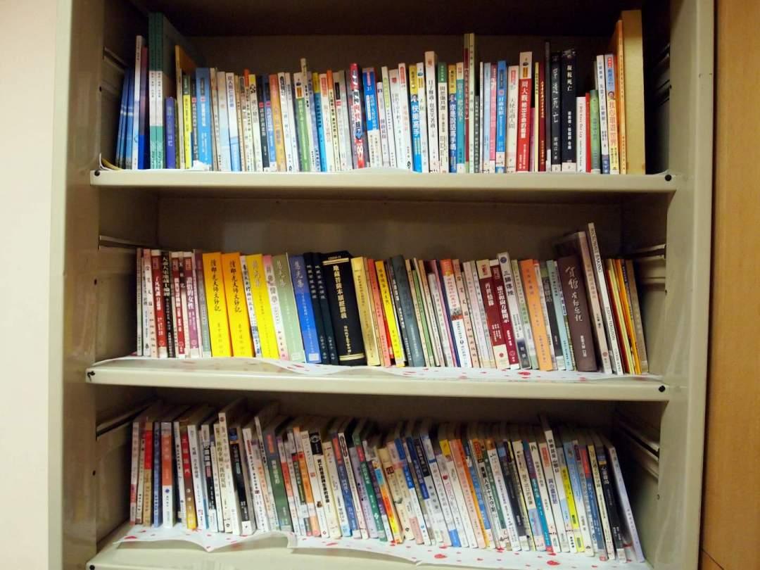 多功能室內也搜集了不同的生死議題書籍,供病人與家屬借閱。