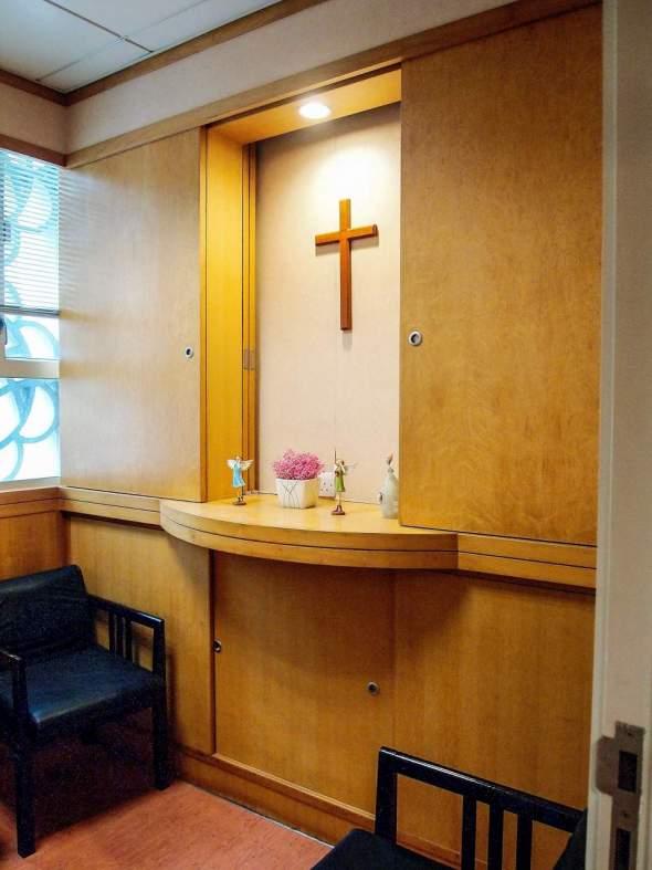 康寧中心也會照顧病人的靈性需要,提供給病人一個安靜獨處和祈禱的地方。