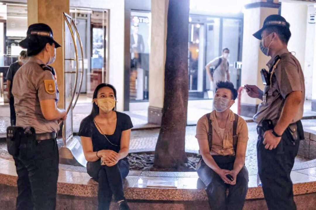 立法議員區錦新兩名女兒在今年「六四」當晚在板樟堂前地被警方截查,疑因身旁放有電子蠟燭及「坦克人」照片而被警方帶走,並送往治安警察局北區警司處接受調查。