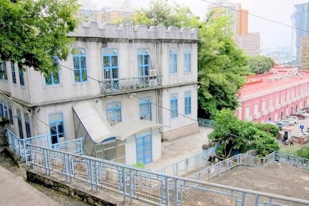 山頂醫院旁兩間有近百年歷史的小屋,因政府要興建傳染病大樓而不被評定,之後被拆。