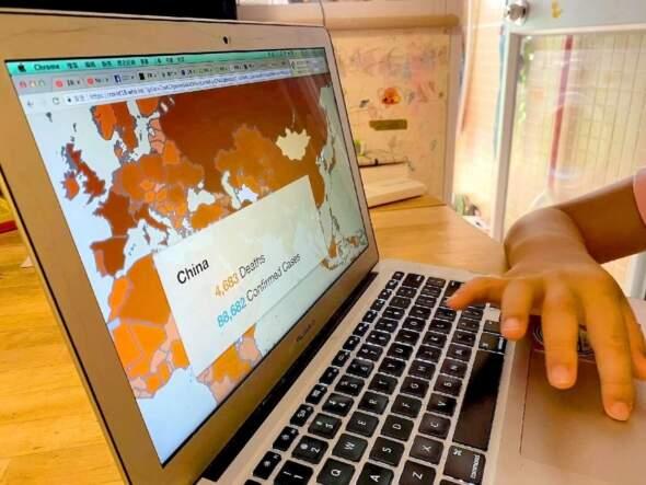 如果活在這個時代——小孩每天起床第一件事,就是檢查全球疫情情況?