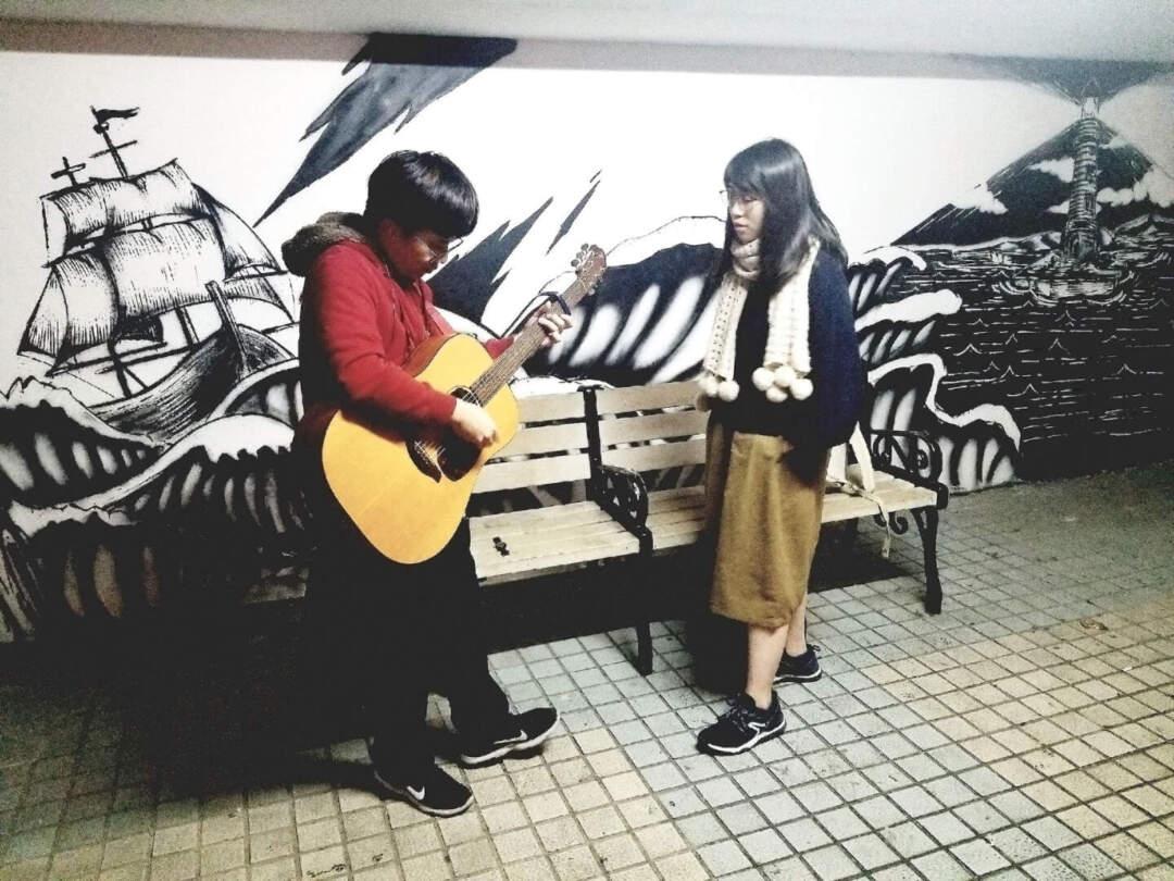 蘇兒(右)與朋友在雅文湖畔唱歌。