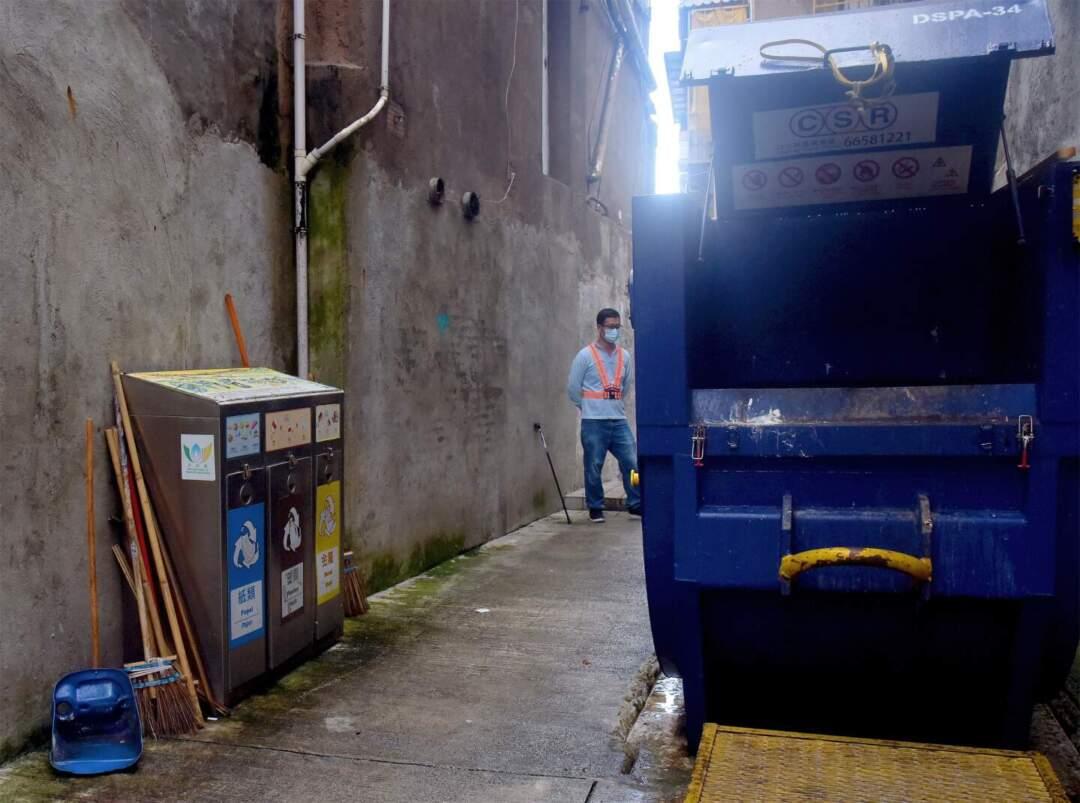 大興街68號壓縮桶旁的三色回收箱。