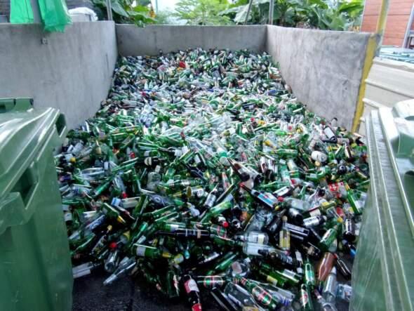 存放在氹仔湖畔大廈的玻璃樽破碎設施的玻璃。相片由環保局提供