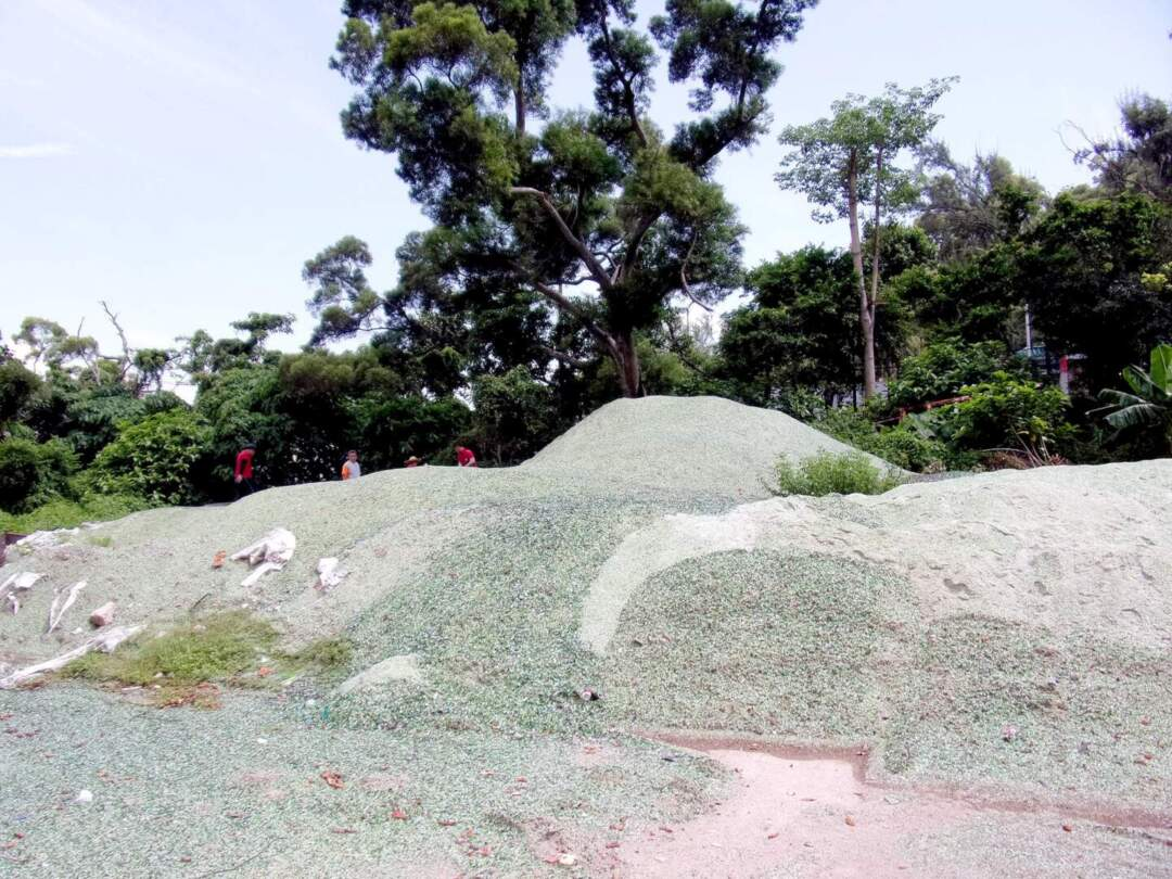 破碎後的玻璃砂。相片由環保局提供