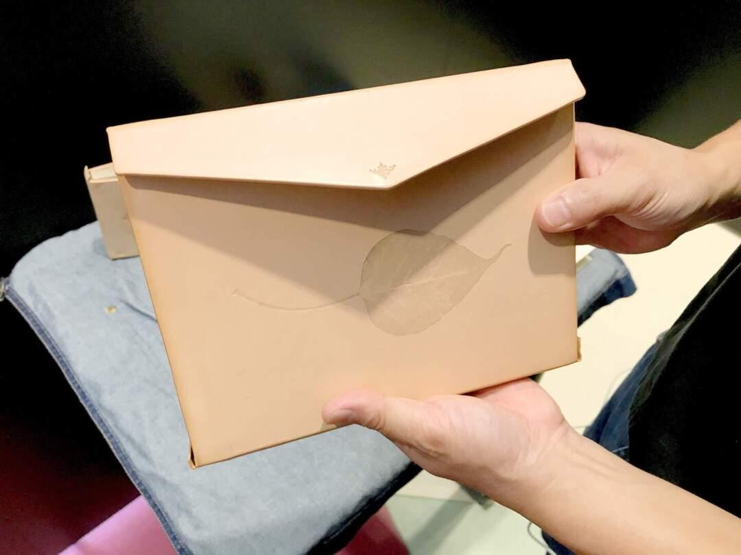 伊斯蘭式書籍裝幀共分兩類:書盒式裝幀(Box binding)和信封蓋板裝幀(Envelope-flap binding)。此為信封蓋板裝幀。