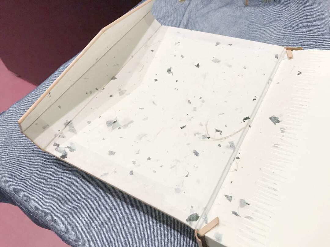 在伊斯蘭式裝幀,書殼內側會貼上一層裝飾性較強的襯紙(Doublure),除美觀外,也有加強書殼和書芯連接牢固度的作用。Doublure 一詞,原為法文,因西歐國家書籍裝幀所用的襯紙深受公元十五世紀伊斯蘭式書籍裝幀中襯紙風格的影響,而一向以華麗著稱的法式裝幀,於公元十七世紀時最早引入這種風格的襯紙,並迅速興起。因此,這詞逐漸被借用來泛指伊斯蘭式裝幀的襯。