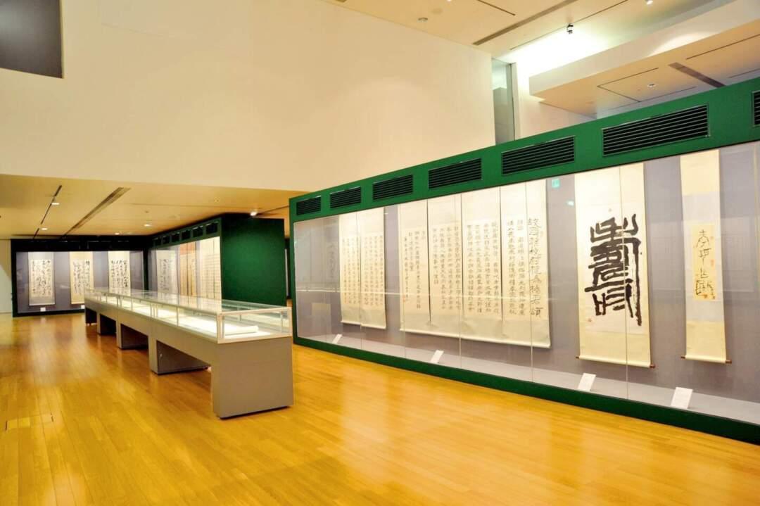沈浩然表示,繆鵬飛在他創作的後期,體力已應付不了西畫的創作,故比較偏向書法。在2015年的展覽中,展品的年份跨度不大,大約是2011至2013年。「他也是每樣選些,例如書體,甚麼都有,由甲骨到篆書,隸書到楷書,草恆都有。」相片由藝博館提供