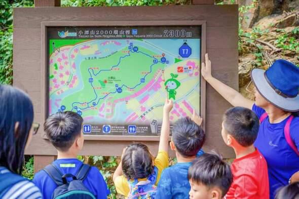 Wendy老師在帶孩子們認識澳門的山林。