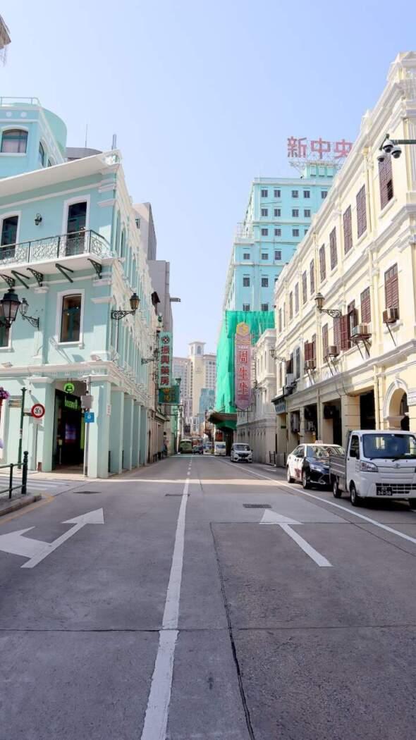 新馬路曾為澳門重要的商業街,隨著社會發展商業重心遷移,但仍珠寶店林立。