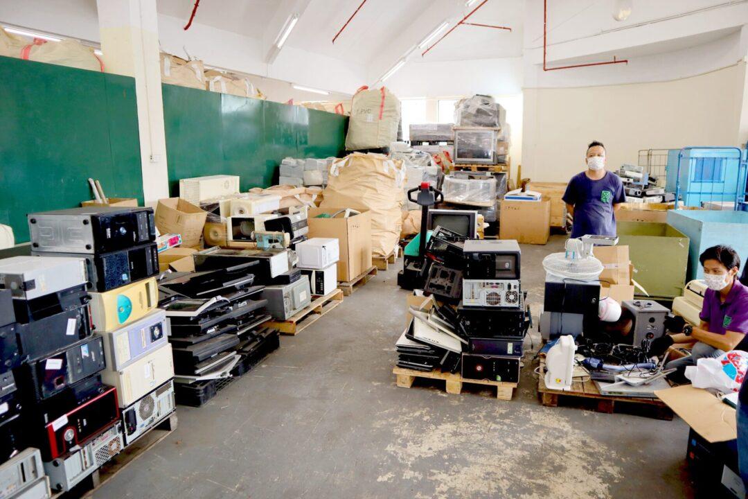 工作人員檢測回收的電子設備及電器的狀況。